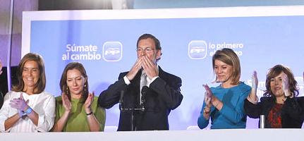 Mariano Rajoy, anoche en el balcón de Génova flanqueado (de izq a dcha) por Ana Mato, su pesosa Elvira Rodríguez, MªDolores de Cospedal y Soraya Sáenz de Santamaría
