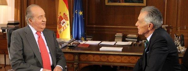 El rey Juan Carlos I y el periodista Jesús Hermina en un momento de la entrevista emitida por TVE 1 el pasado viernes 4 de enero