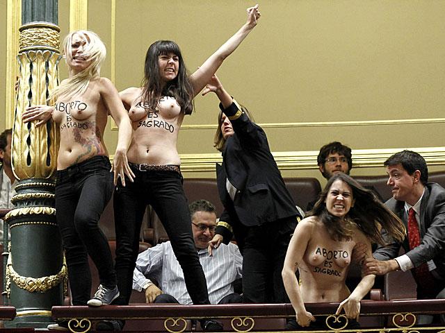 Activistas de Femen en ele congreso de los Diputados. EFE