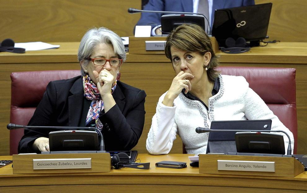 Lourdes Goicoechea y Yolanda Barcina en el Parlamento de Navarra. EFE