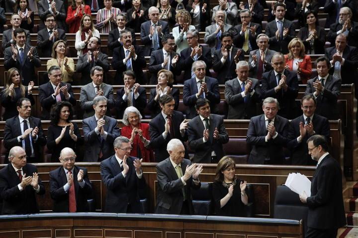 Mariano Rajoy aplaudido por los diputados del PP tras su intervención en el debate sobre el estado de la nación. EFE/Emilio Naranjo