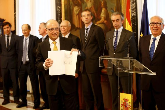 Cristóbal Montoro recibe el informe de los expertos el viernes. Claudio Álvarez