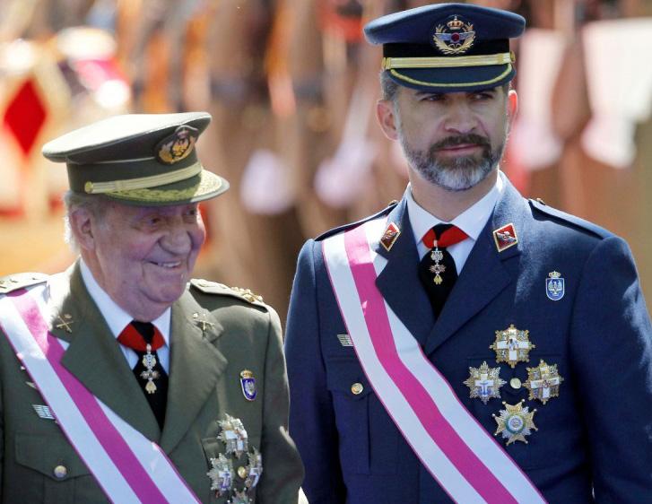 Juan Carlos I y su hijo, el futuro rey Felipe VI